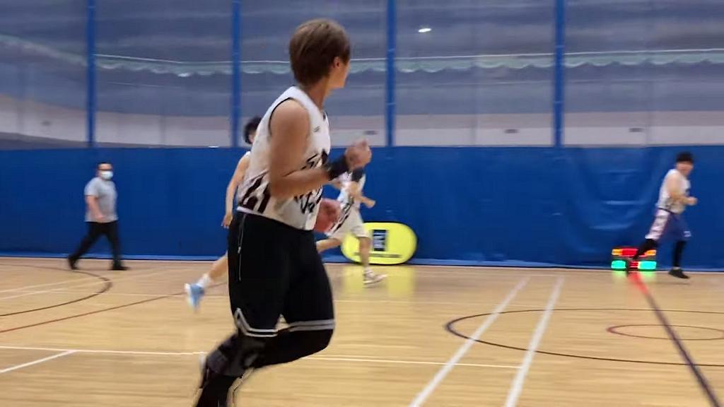 姜濤超罕有著白色背心露麒麟臂參加籃球比賽 網民讚姜B貼地冇明星架子:留多啲私人空間畀佢