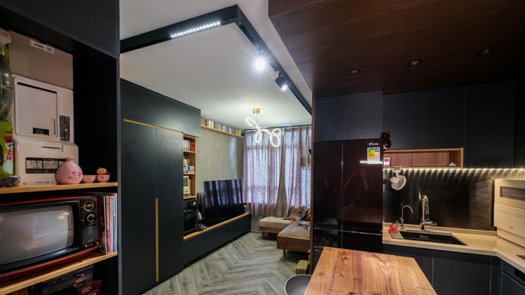438呎黑灰型格玩具收藏屋 巨收納量書房 原木板做無軌廁所門