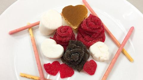 經典糖果新玩法!卷條狀可樂軟糖變玫瑰花