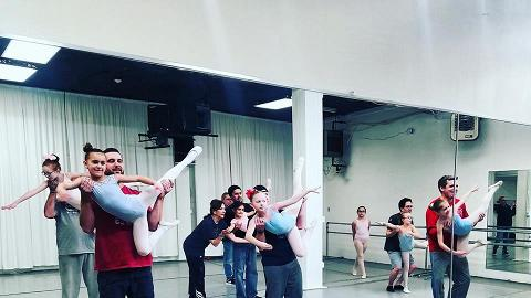 超溫馨上堂畫面!爸爸陪女兒學跳芭蕾舞