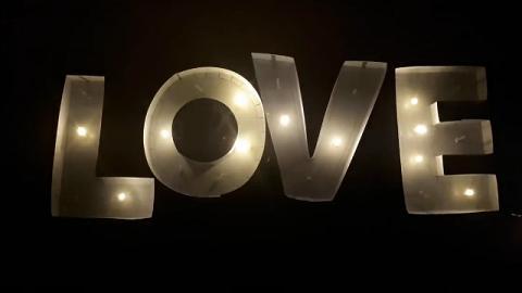 簡單材料DIY浪漫字母燈 自己都整到夢幻家居裝飾!