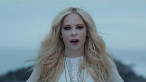 浴火重生後最好的生日禮物!Avril Lavigne趁生日釋出新歌MV
