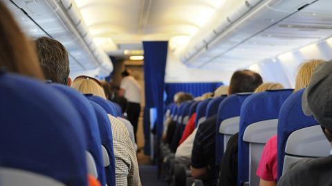 搭飛機放任小朋友亂踩前座椅背 後座乘客一句令港媽尷尬收場