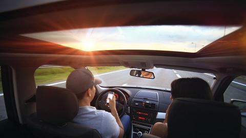 男友開車遇女同事爭坐副駕位!完全當正印透明 要求讓位:你瘦你坐後面