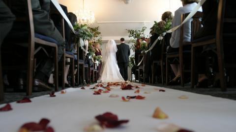 準新娘姨媽逝世為慳錢紅白二事一齊搞 婚禮設瞻仰遺容環節嚇親網民