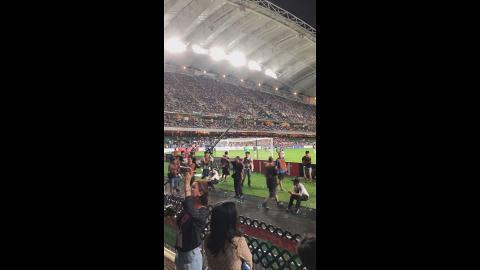 香港大球場上演曼城對傑志比賽!球迷第21分鐘大合唱《孤星淚》名曲