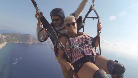 首次玩滑翔傘遇主繩斷裂 恐怖過程曝光70歲老婦竟冷靜面對獲網民大讚幽默