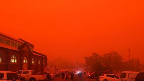 澳洲大火持續當地居民跳入水中絕望求生 以血紅色天空踏入2020年