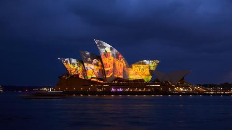 悉尼歌劇院亮燈特設感人投影 向一眾救火消防員及義工表示敬意