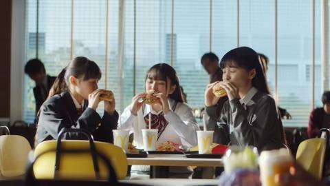 完美示範食漢堡包都可以好有型 木村拓哉特別揸包手勢唔止chok仲好實用