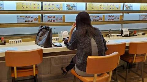 壽司店女食客口罩掛沖茶水龍頭!網民怒斥行為自私兼揶揄:蒸氣消毒