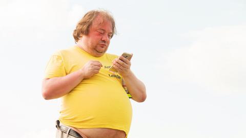 玩得多智能手機易變肥!美國研究:每日玩手機超過5小時肥胖風險高43%