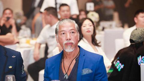 57歲張耀揚滿頭白髮不減霸氣 昔日古惑仔「烏鴉」被封港版教父