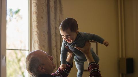 老爺陪2歲孫女玩身體接觸勁過火 摸心口又掐臀部 引起港媽不安:佢唔覺有問題