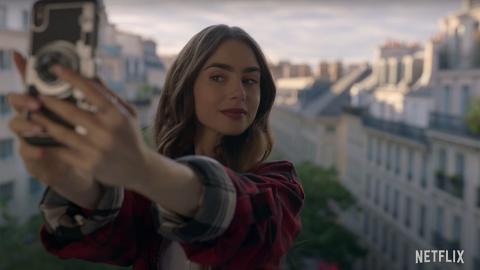 【艾蜜莉在巴黎】$140以下入手女主角同款時尚單品!Emily相機造型手機殼詢問度爆燈