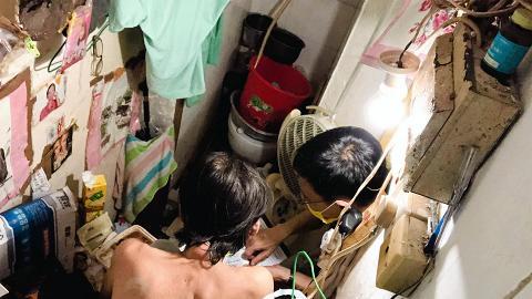 六旬老伯月租$1700住20呎劏房連廁所 每晚搭木板蓋上廁所身體方能伸直入睡