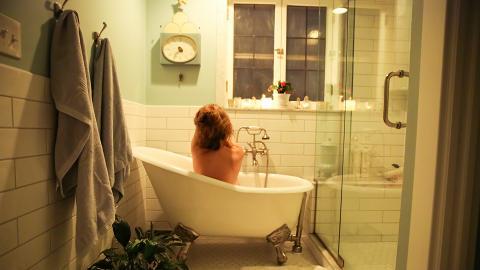 24歲女浸浴時一邊充電一邊玩iPhone 手機意外跌落浴缸致觸電身亡