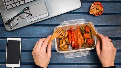 Deliveroo戶戶送調查預測2021年5大港人飲食新趨勢 辦公桌成為新一個用餐位置?!