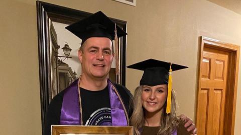 47歲爸爸偷瞞家人苦讀大學4年 GPA近爆4同23歲女兒一齊畢業超驚喜