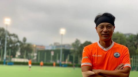 53歲李克勤與好友落場踢賀歲波 憔悴臉容強擠笑容 網民嘆:睇見都覺得攰!