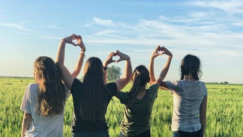 與朋友相處獲得幸福感比另一半高!研究:與伴侶、家人一起幸福感偏低