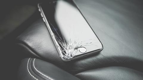 慳家女手機玻璃保護貼跌碎裂開繼續用 碎片意外插進手指骨頭變神經瘤