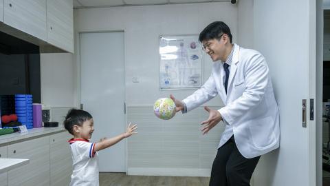 留家抗疫要 Keep fit  跟脊醫爸爸做親子伸展運動
