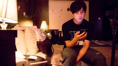 姜濤17歲拍微電影獲獎單眼皮青澀造型出土 冇包袱演失戀吸毒男入型入格 網民讚有潛質