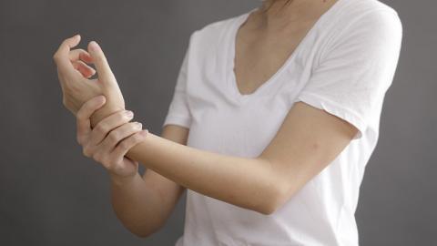 手常麻痺 中風先兆?