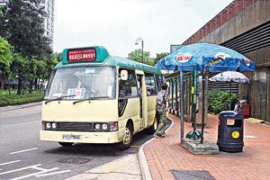 政府擬明年首季,將「二元乘車津貼」分階段擴展至專綫小巴。 (資料圖片)
