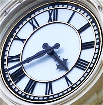 美國小鎮大街上的大鐘,每天 4 時 40 分,抬頭一看就會見到米奇頭!