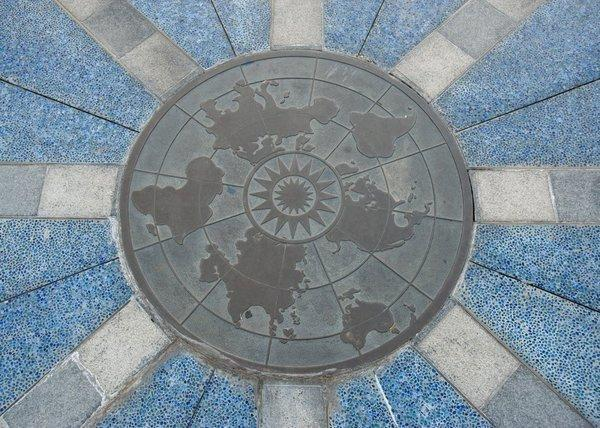 小小世界地上指南針的箭頭指向 8 個城市。