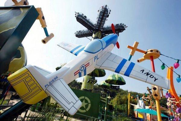 飛機模型印有「PL21696」,其實這是電影《反斗奇兵》在香港上映的日子