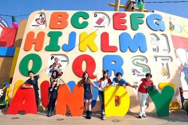 巨型英文字母版,印有的圖案均是男主角Andy的玩具。