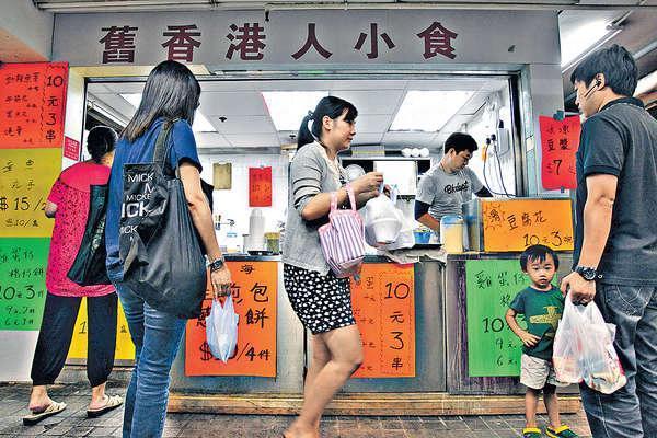 自家製豆腐花、雞蛋仔,十元便可任選擇三款,開業不久已獲不少街坊捧場。