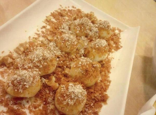 「糖脆丸子」是變奏版的糖不甩,以椰絲、合桃、杏仁等取代花生粒,口感更多層次。