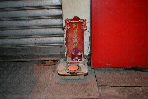 25. 在街上供奉野鬼 (圖片來源: globalpost)