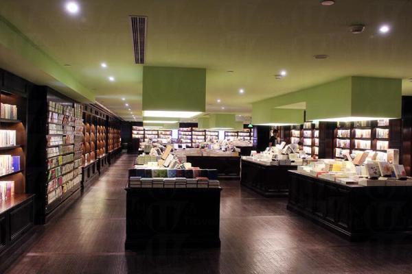 二樓空間趟大,新店的藏書量比舊店多兩成。