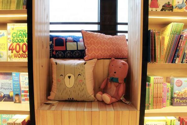 兒童天地靠窗邊有獨立空間進行親子閱讀。