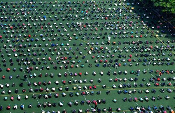 香港英皇佐治五世學校於2011年創出1,550人仆街世界紀錄 (健力氏圖片)