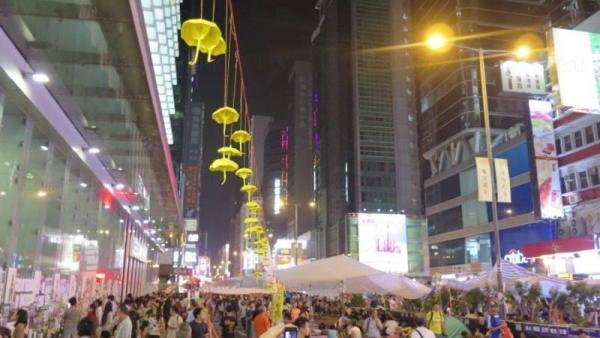 旺角、銅鑼灣的佔領區內會發現一串串黃色紙雨傘及紙鶴。圖:ntdtv