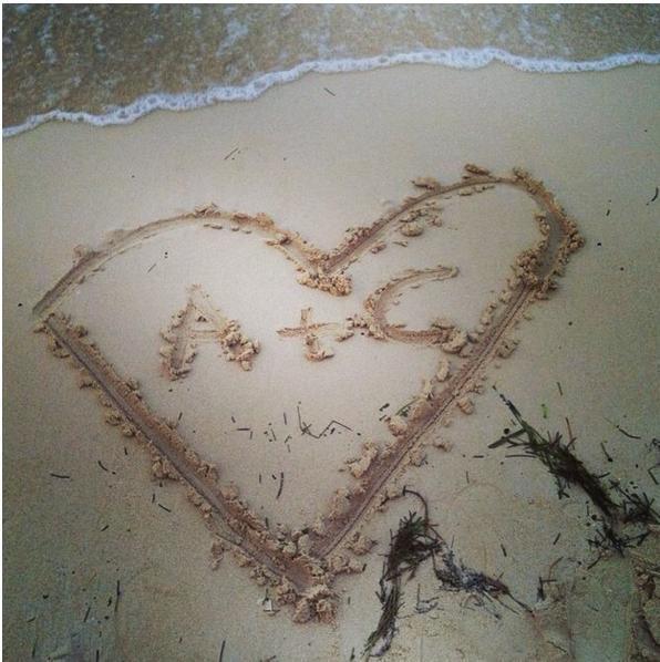 將愛的印記刻在公物(其實有機會會被警察拉!)或沙灘上
