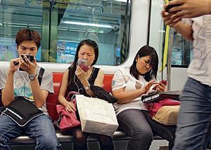 手機用家如希望在列車上減少斷綫,可靠近廣告箱位置。