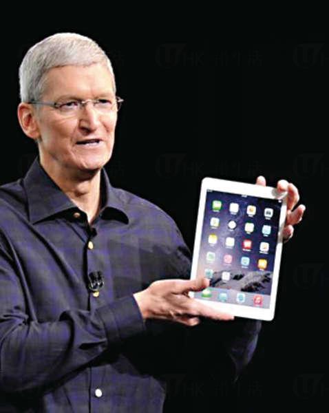 蘋果執行長庫克(Tim Cook)手持新版iPad Air 2。