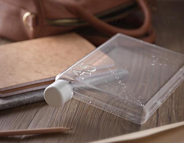 只有筆記本般的厚度,可將瓶身與平板電腦一起放進袋中。