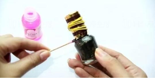 11. 洗甲水打開黏住的指甲油瓶蓋