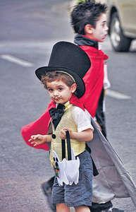 Trick or Treat是小孩在萬聖節夜最愛玩意。他們愛扮鬼扮馬,挨家挨戶要糖果。