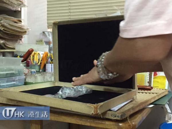 佐江小姐正用氣功強化能量石。