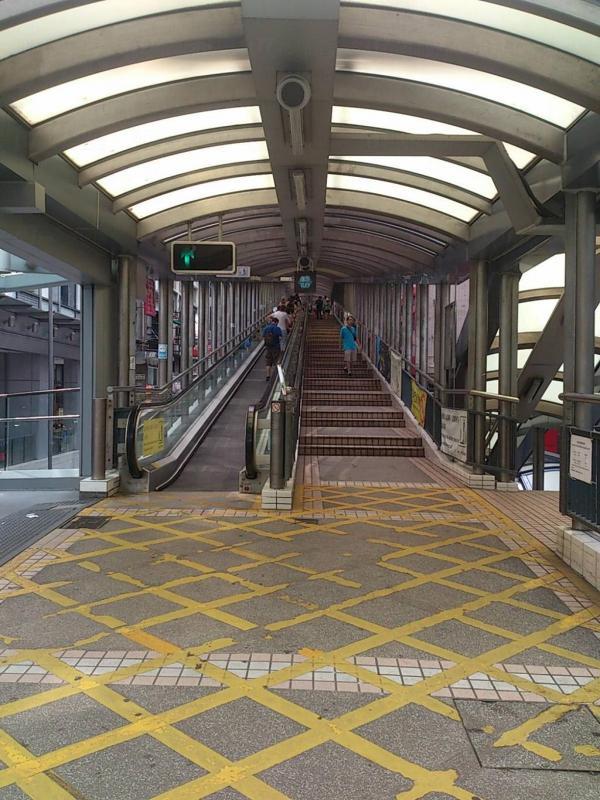 搭扶手梯要小心 香港這幾條超長電梯,用時就不好玩電話了(圖:U Blogger@Koala Yip)