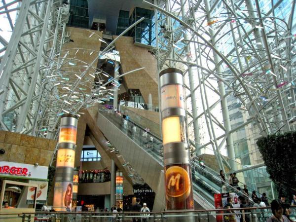 搭扶手梯要小心 香港這幾條超長電梯,用時就不好玩電話了